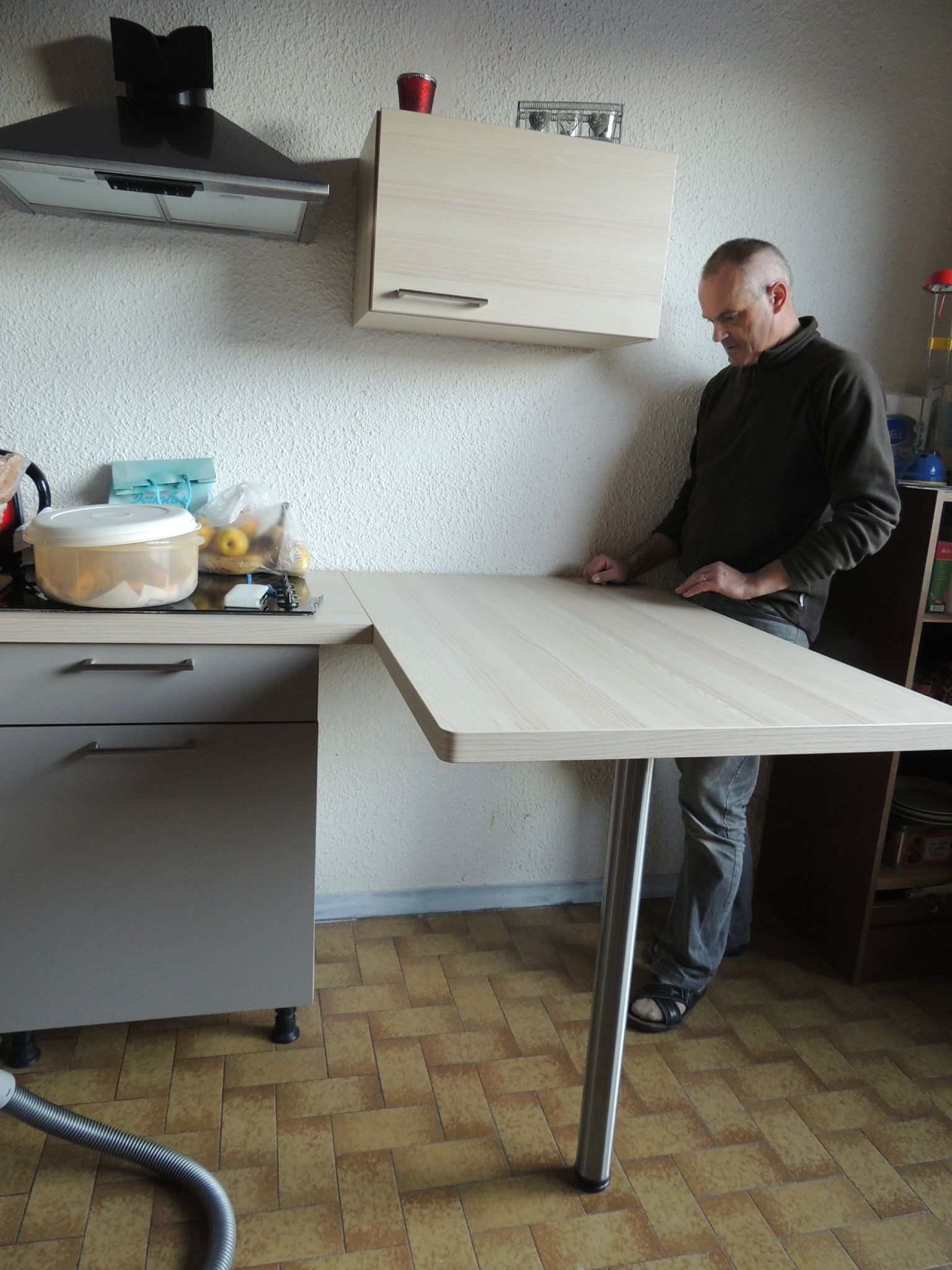 Table de bar fixe au mur Accorcher meuble cuisine vis