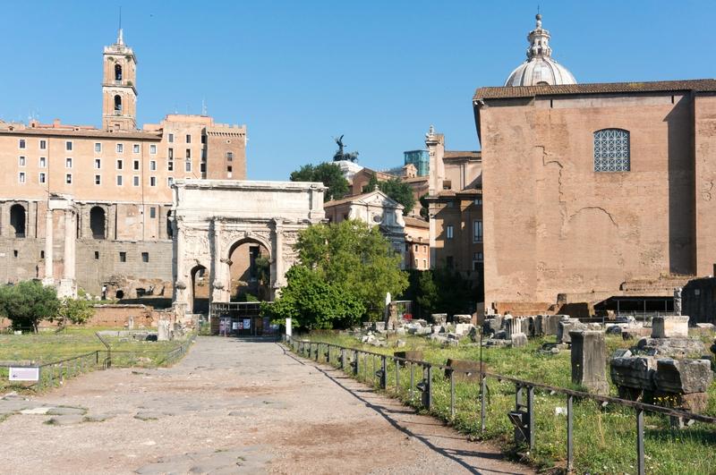 De gauche à droite : vestiges basilique Emilienne, Curie, Arc Septime Sévère, temple Vespasien, au fond le Capitole
