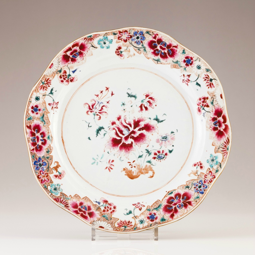 A large Chinese export porcelain scalloped charger, Yongzheng Period (1723-1735)