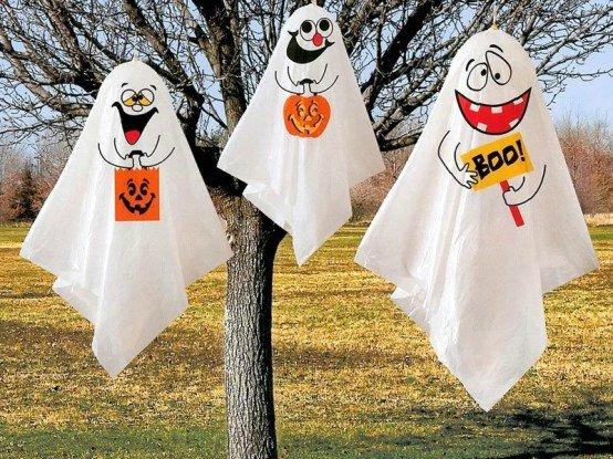déco-Halloween-jardin-idées-fantômes-gaies-draps