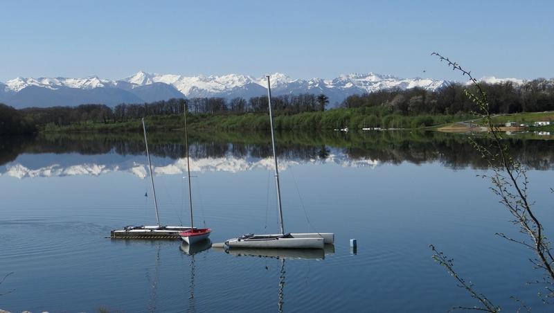 Les Pyrénées dans le lac