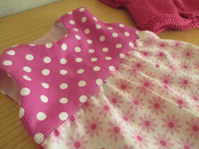 robe rose et gilet zoom