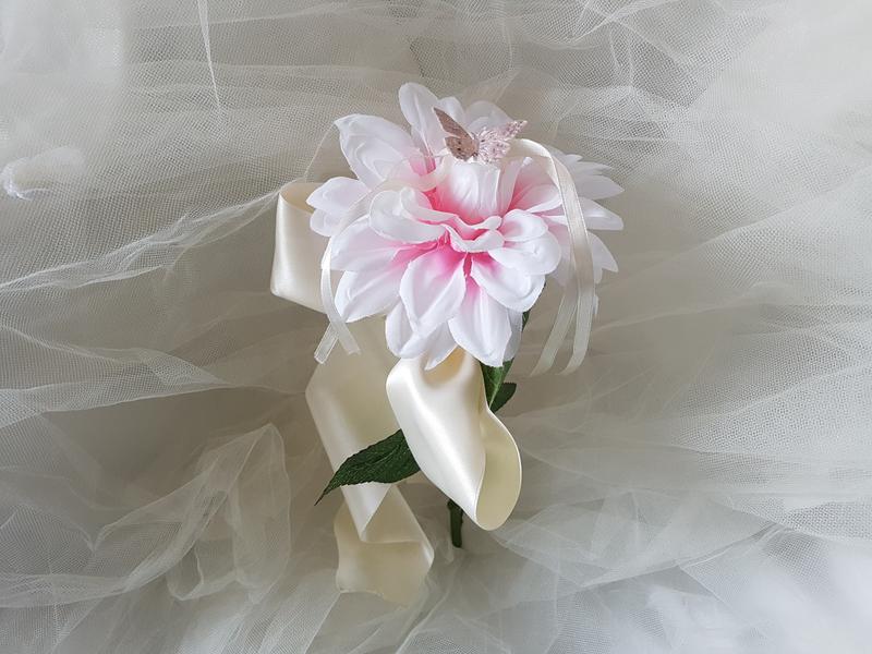Porte aliances mariage, dalhia et papillon dans les tons rose, ruban ivoire