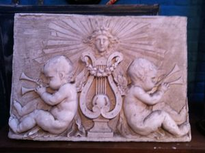 bas_relief_stuc_angelots_attributs_musique