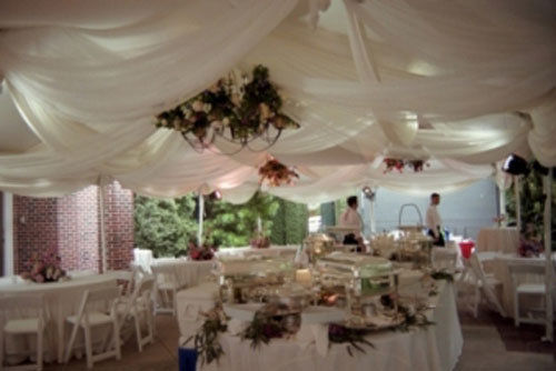 decoration salle mariage plafond bas