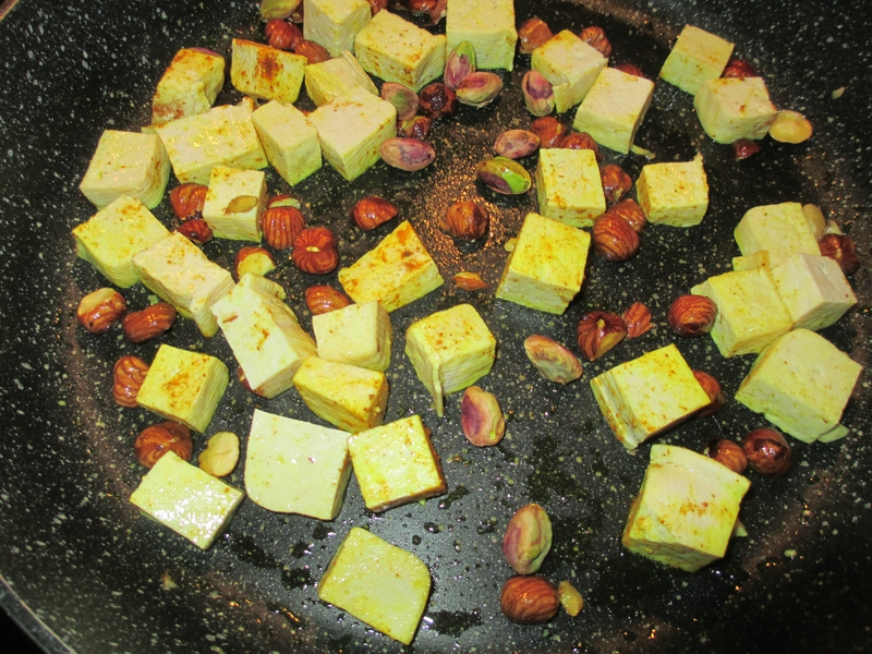 tofu-curcuma-noisettes-grillées