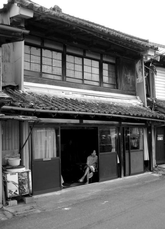 devant la maison photo de japon en noir blanc japonotaku. Black Bedroom Furniture Sets. Home Design Ideas