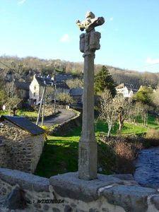 St Chely d'Aubrac_pont de spèlerins_croix
