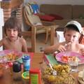 Les garçons à table