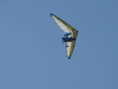2008 08 27 Lionel Lebrat mon cousin le pilot de l'ULM avec l'un de ses copins derrière