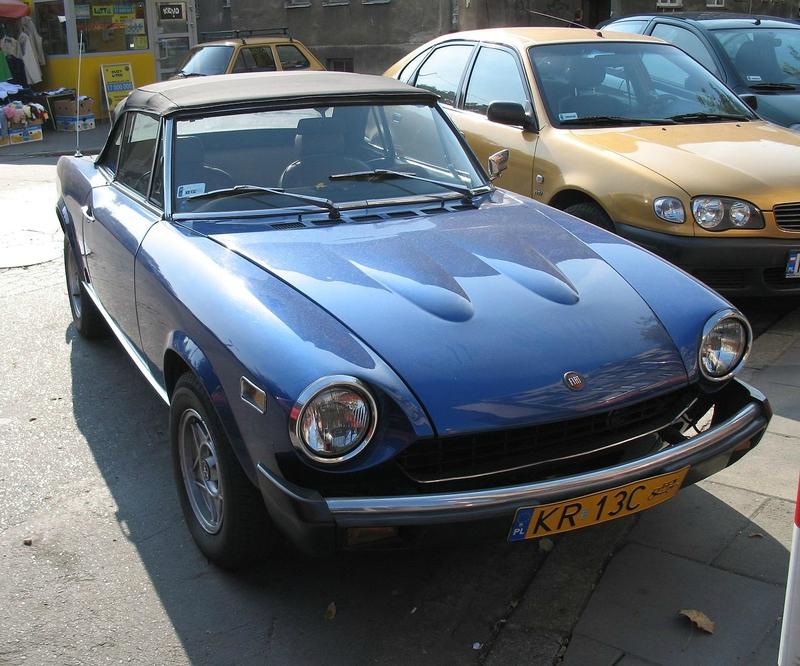 Fiat_124_Sport_Spider_1800_in_Kraków