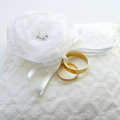 coussin-porte-alliance-blanc-fleur-blanche-organza