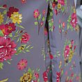 Robe EUPHRASIE en coton gris imprimé fleur et oiseaux rose vert et jaune (5)