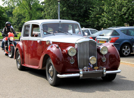 Bentley_mark_VI_saloon_de_1936__Retrorencard_juin_2010__01