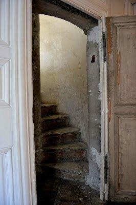 Escalier_a_vis_Passage_ouvrant_sur_le_salon_de_l_OEil_de_Boeuf_Cha_teau_de_Versailles_dist