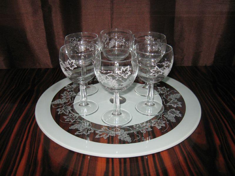 verres a vins raisin et plateau