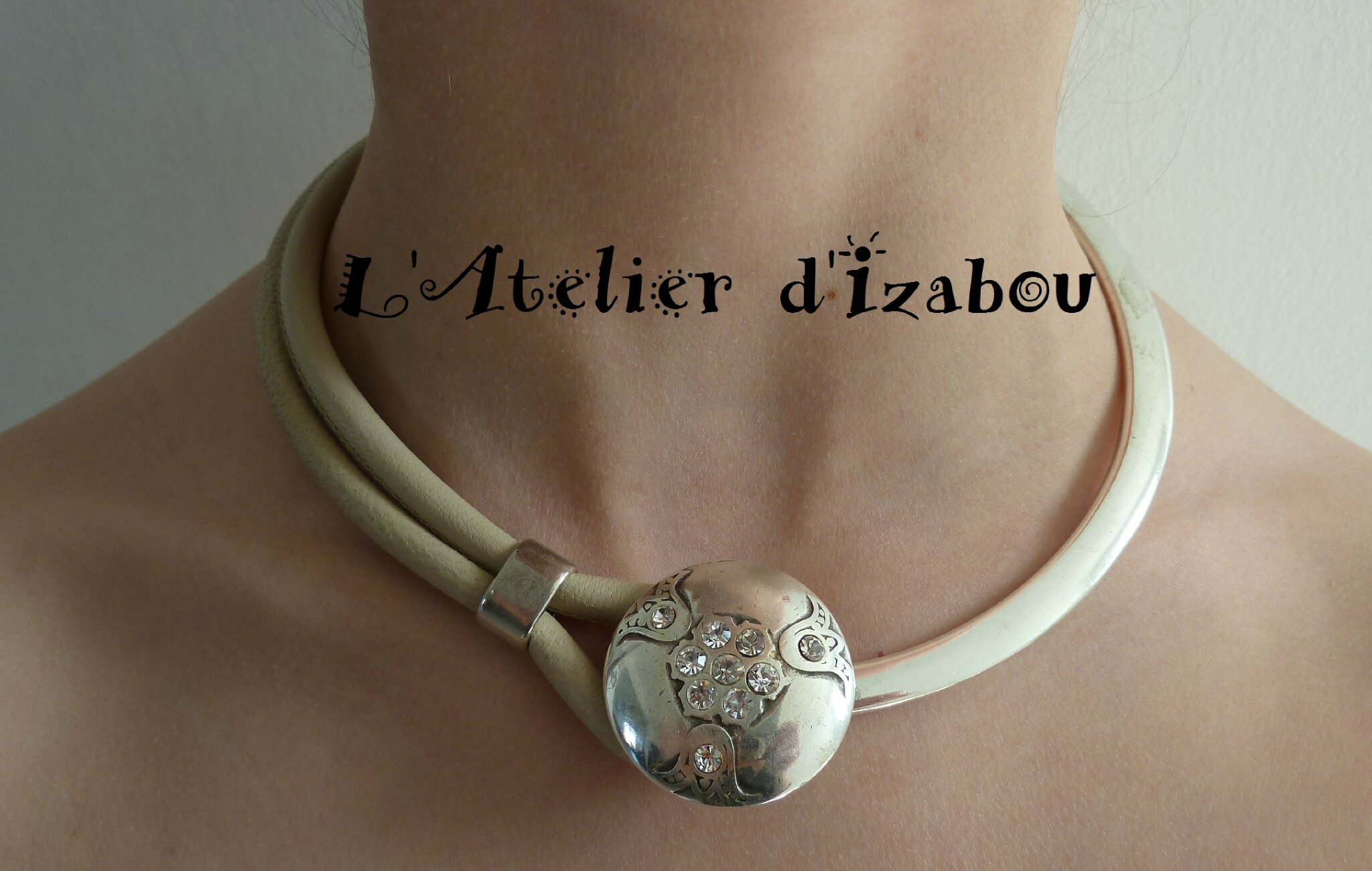 Et un collier ras de cou, un ! Mélange de cuir et de métal argenté ... e8d5155f2c3