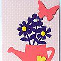 carte avec bouquet de fleurs violettes dans arrosoir