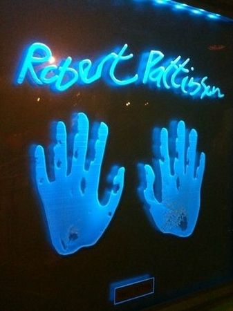 Robert-Pattinson-s-Hand-Prints-at-NYC-Times-Square-Planet-Hollywood-twilight-series-8166170-350-467