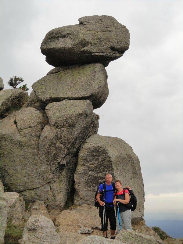 Rocher en équilibre sur les crêtes menant au Roc de France