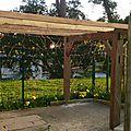 Fabrication de la tonnelle pour supporter les kiwis et faire une terrasse ombragée