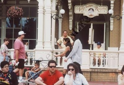 Michael-And-Lisa-Marie-In-Disneyworld-Back-In-1994-michael-jackson-35468480-399-273