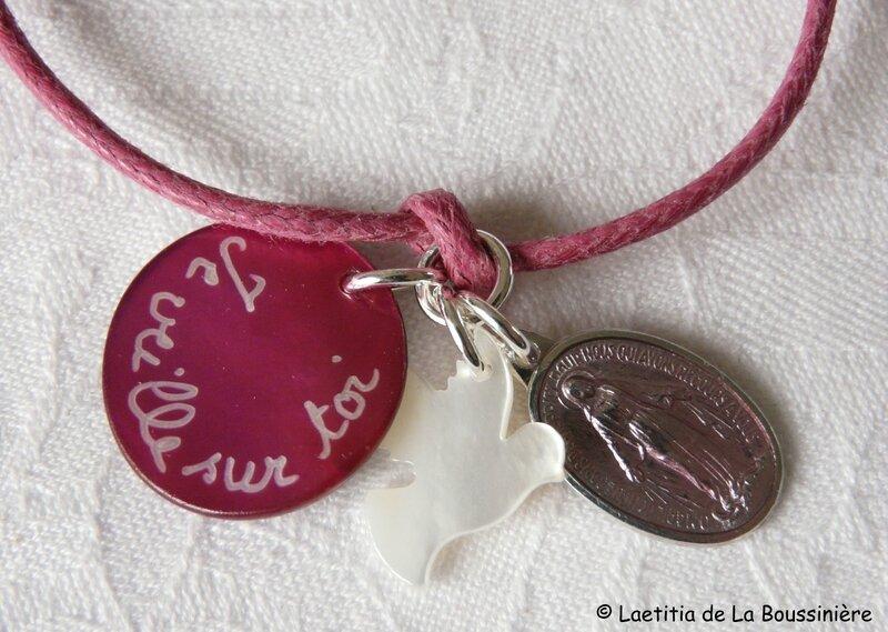 Bracelet sur cordon fushia, médaille fushia foncé, colombe en nacre et médaille miraculeuse rose (détails des breloques)