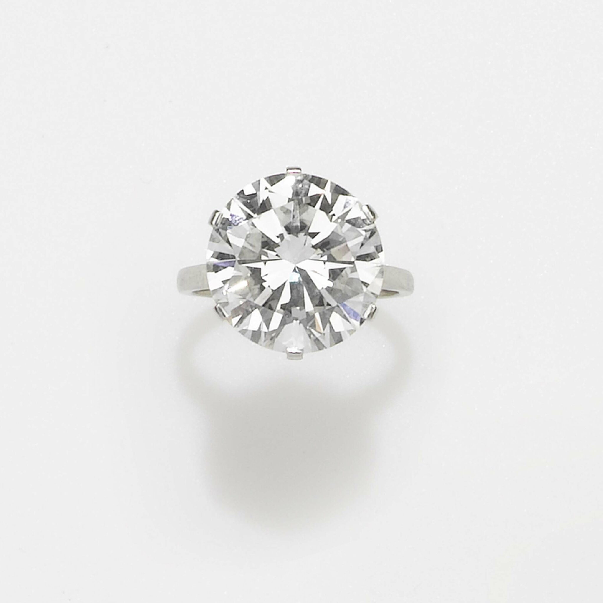 A brilliant cut diamond ring weighing 10,04 carats