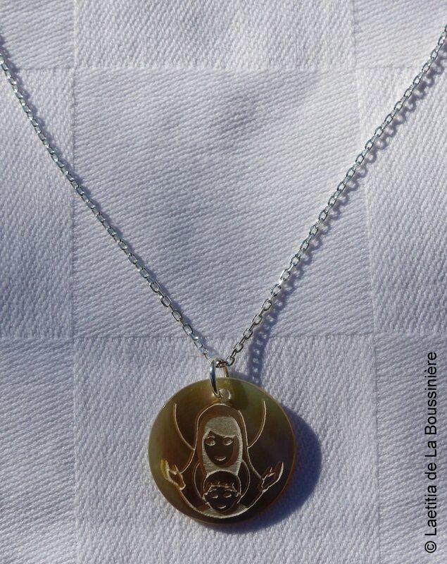 Collier médaille de Vierge à l'Enfant en nacre sur chaîne argent massif fine