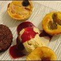 Assiette de desserts et mini tartelettes aux amandes et aux fruits...