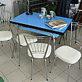 Table Formica Bleue 4 chaises Skaï Blanches