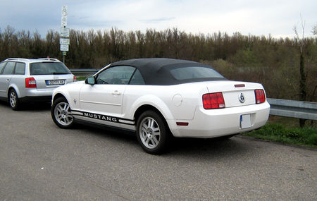 Ford_mustang_convertible_V__2005___2009__Rencard_du_Burger_king_avril_2010__02
