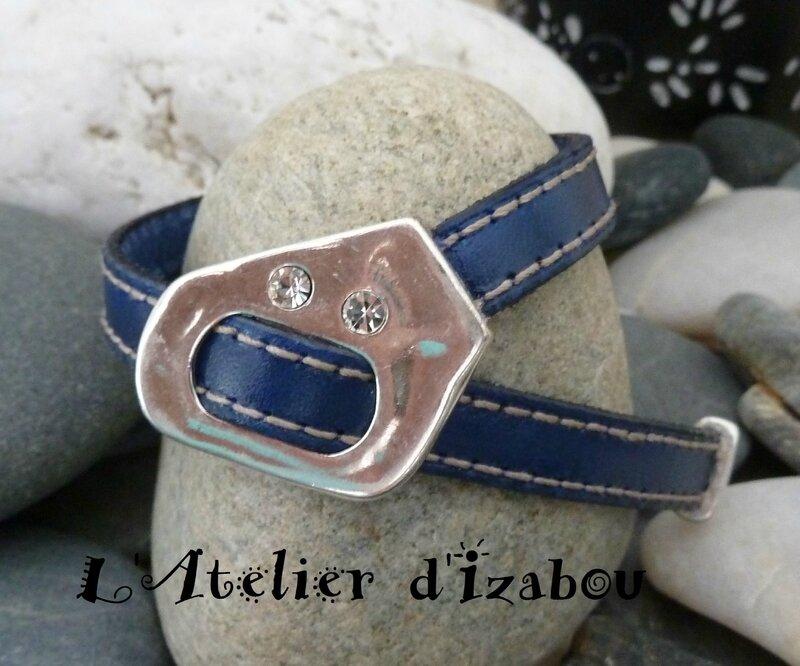 P1130561 Bracelet femme réglable en cuir bleu roy cousu et strass