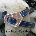 Original et réglable, ce bracelet en cuir bleu roi bordé de deux coutures s'adapte à tous les poignets, brille avec 2 strass...