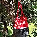 Rouge Pois 18€. Simili cuir tressé noir, coton rouge à pois blanc, doublure coton rouge, lacet rouge, anse tressée rouge