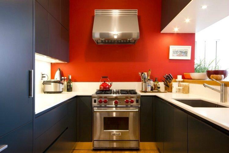 peinture-cuisine-rouge-armoires-anthracite-plan-travail-blanc