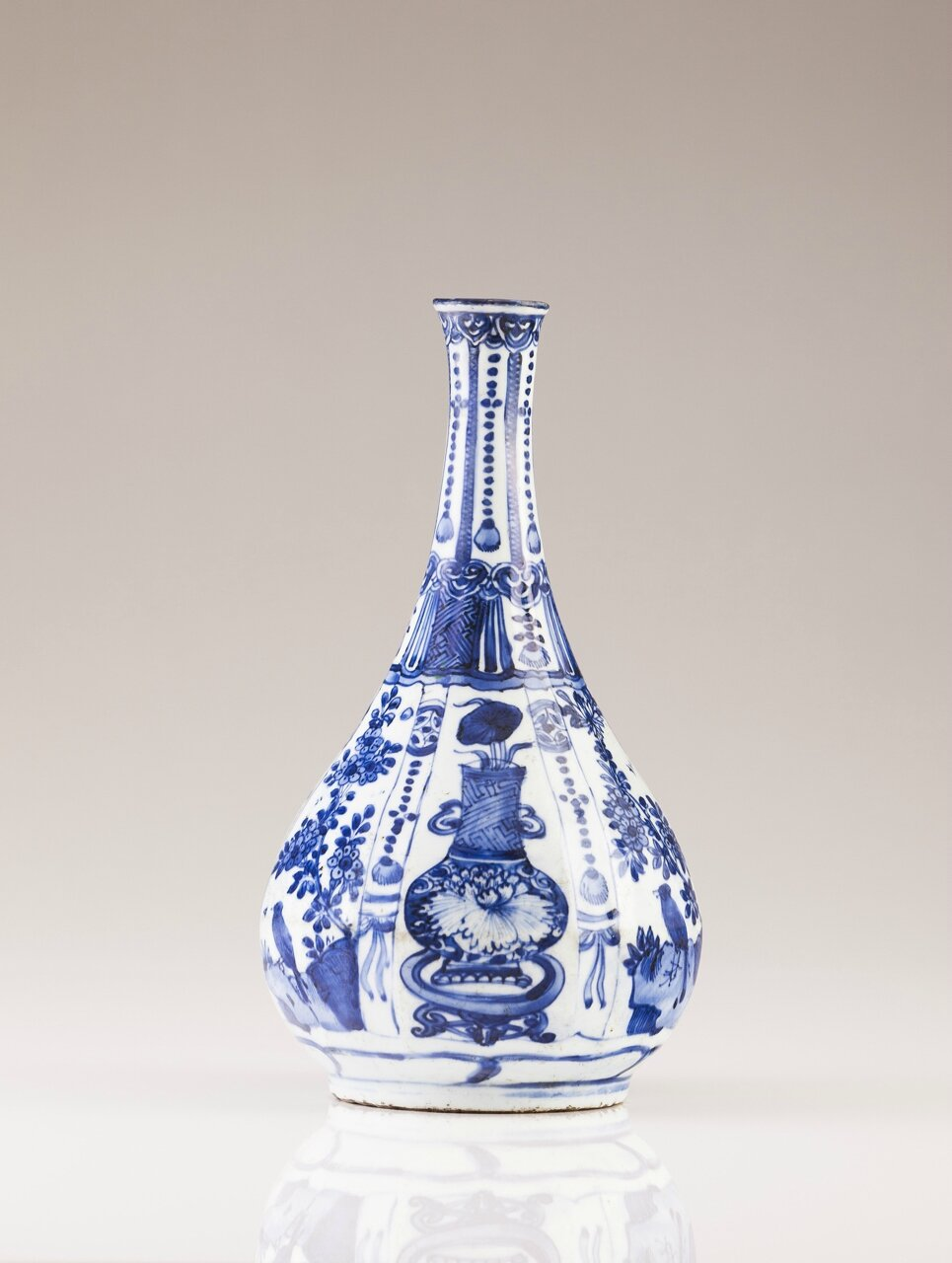 A Blue and white Chinese porcelain bottle, Ming Dynasty, Wanli Period (1573-1620)