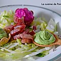 Crème de petits pois et de betterave rouge sur leur lit de salade