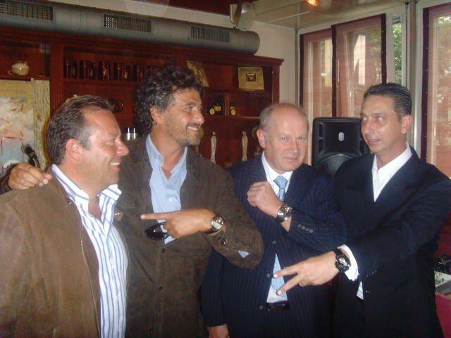 Chacun montre se montre... tt à dr. Franck Riahi