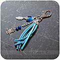 Bijou de sac bleu breloques hibou et plume
