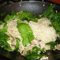 Un wok du jardin en ce dimanche midi au poulet , épinards, nouilles somen