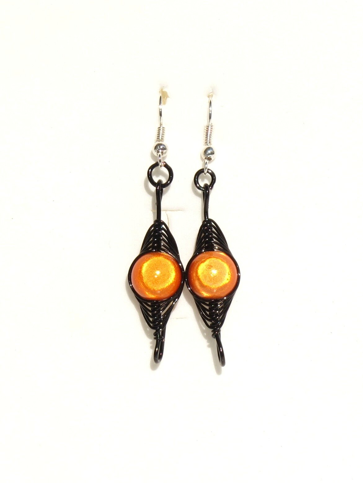 boucles d'oreilles wire noir perles orange face