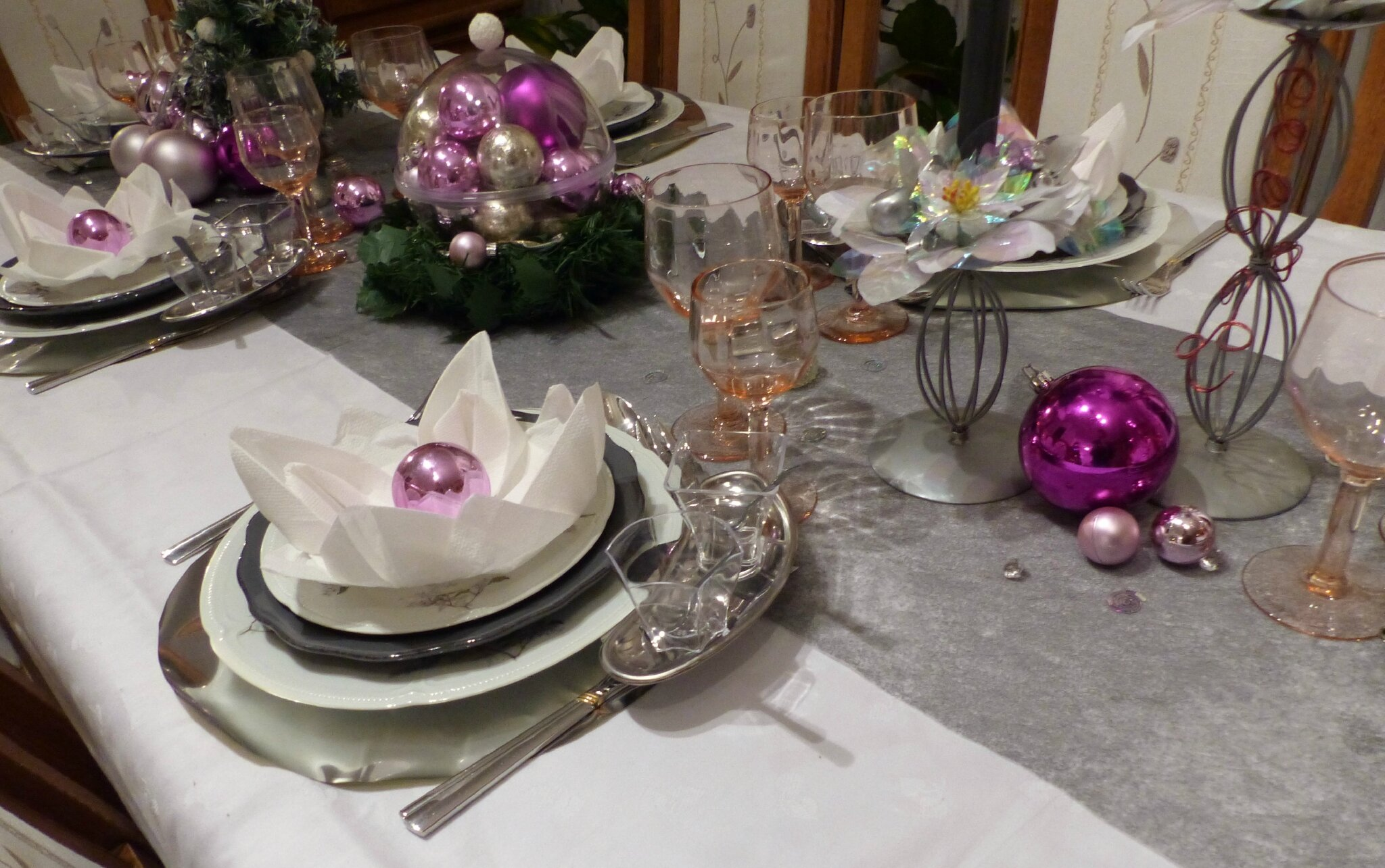 Table de no l rose et gris argent cuill re gourmande for Decoration de table de noel argent