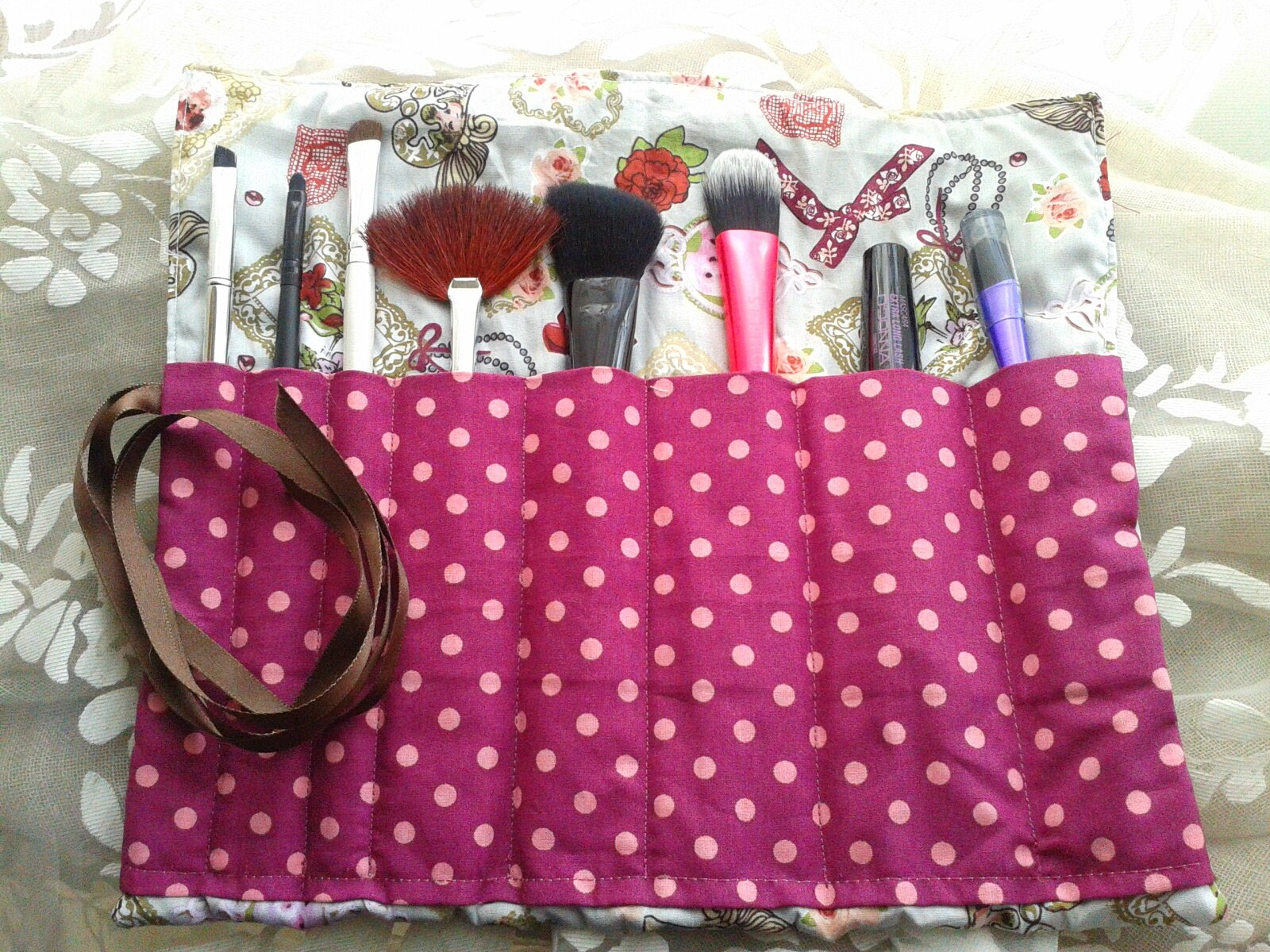 trousse pinceaux make up so girly et pois violet ouverte photo de trousse pinceaux make up. Black Bedroom Furniture Sets. Home Design Ideas