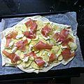 Pizza blanche, chèvre, courgette, jambon cru