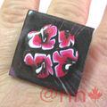 Bague FIMO carré noir et fleurs fushia/rouge (N)