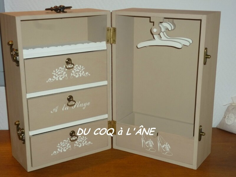 malle cabine de voyage pour poup e du coq l 39 ne. Black Bedroom Furniture Sets. Home Design Ideas