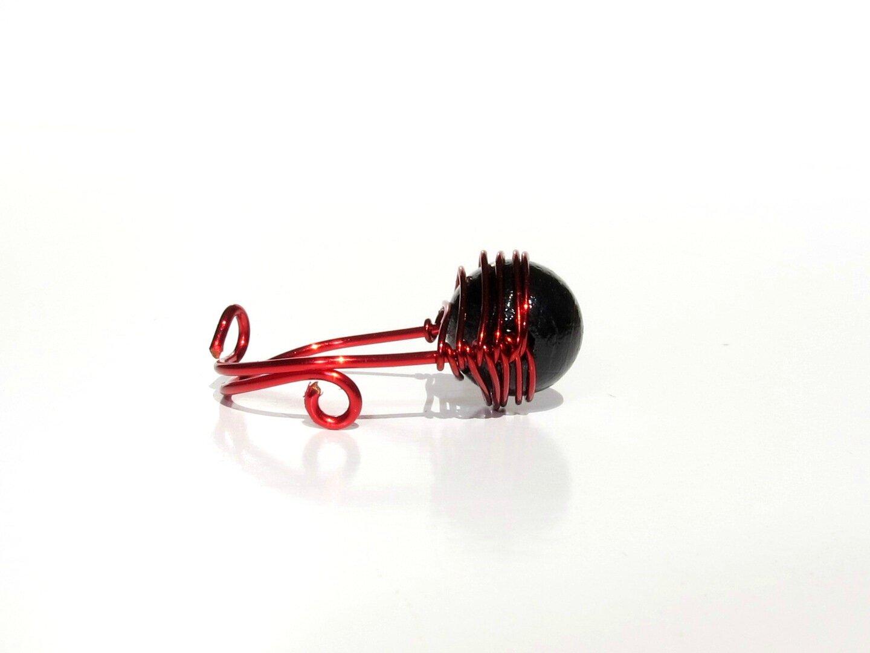 bague wire rouge perle noire profil