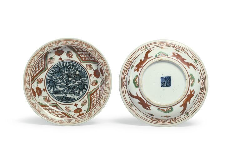 A pair of small polychrome 'Zhangzhou' 'Shou' dishes, Late Ming dynasty, 16th-17th century
