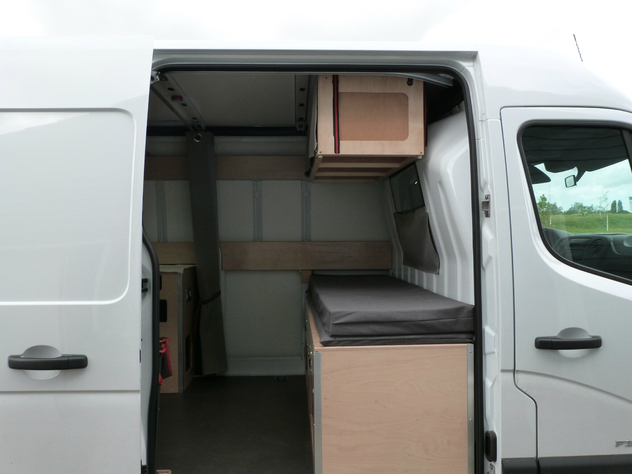 montage des meubles transformer un renault master iii en camping car. Black Bedroom Furniture Sets. Home Design Ideas